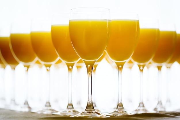 Rij van glazen met verse jus d'orange