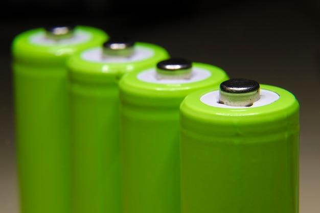 Rij van groene oplaadbare batterijen met focus op voorste