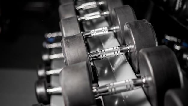 Rij van halter in fitness gym