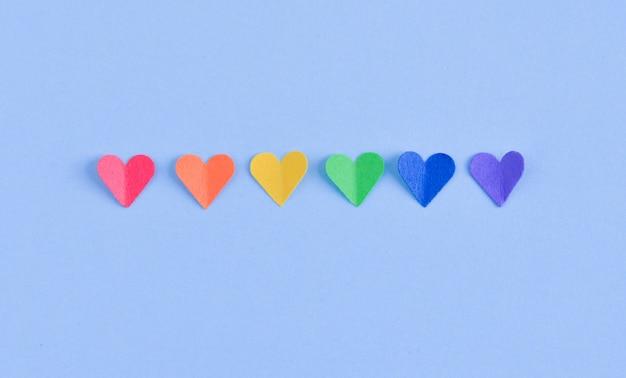 Rij van harten met gay-trotsvlagkleuren.