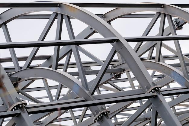 Rij van het metalen dak van het stadion ondersteunt structuur. industriële stalen achtergrond.