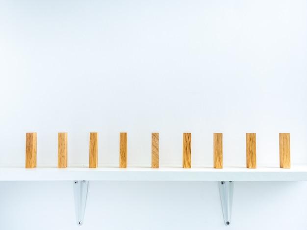 Rij van houten dominostenen met ruimte ertussen