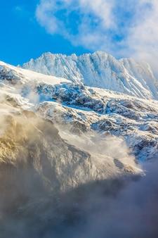 Rij van kabelbanen tegen bewolkte hemel in de zwitserse alpen