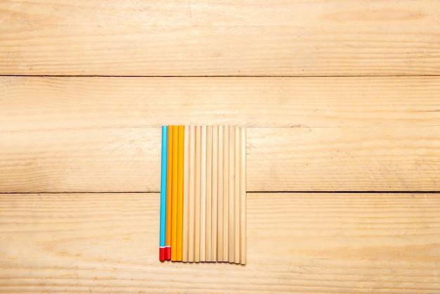 Rij van kantoorbehoeften van potloden op de houten lijst