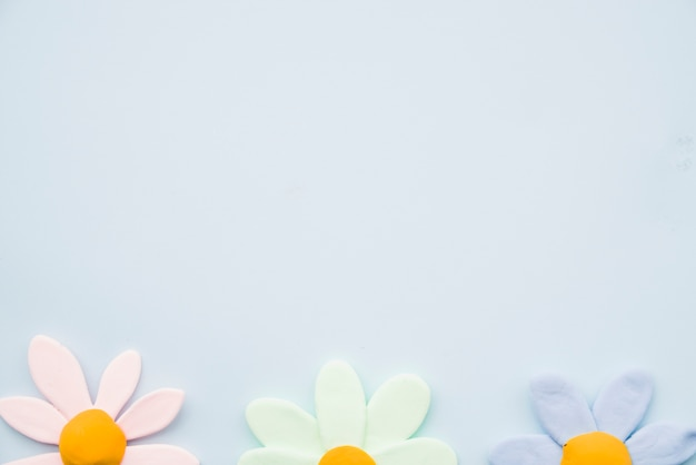 Rij van kleurrijke bloemklei op grijze achtergrond