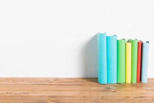 Rij van kleurrijke boeken op tafel