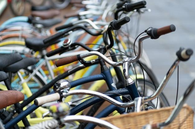 Rij van kleurrijke fietsen buitenshuis