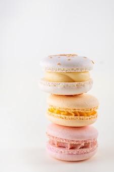 Rij van kleurrijke pastel franse bitterkoekjes of macarons op witte achtergrond