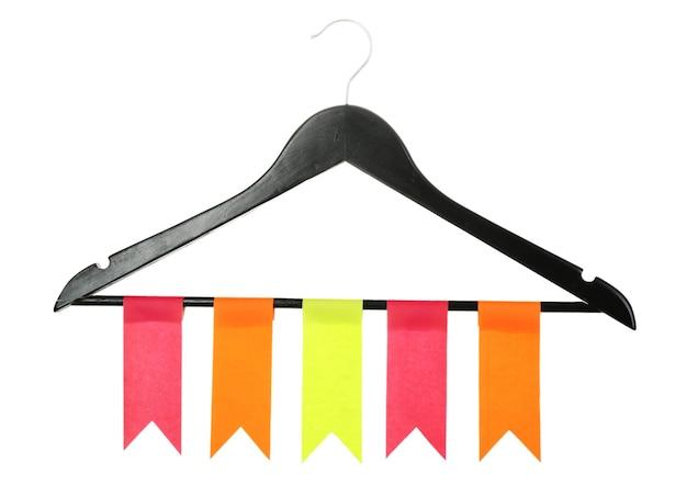 Rij van kleurrijke vlaggen die op houten hanger op wit hangen