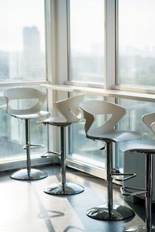 Rij van lege stoelen op kantoor