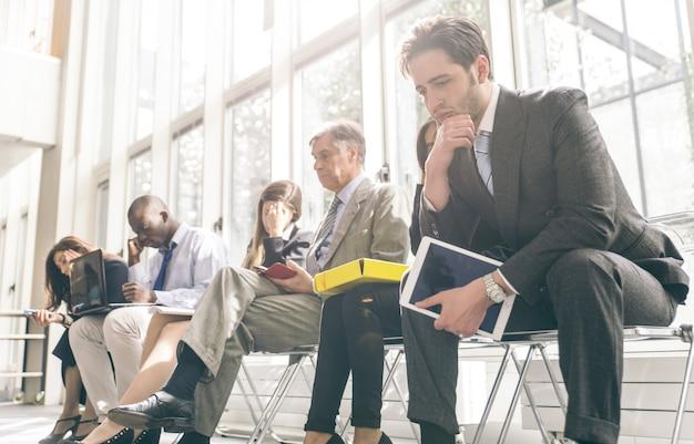 Rij van mensen uit het bedrijfsleven te wachten op een interview