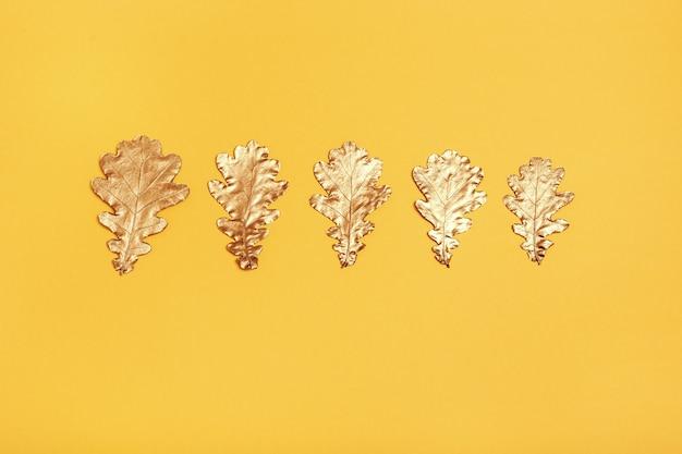 Rij van metallic gekleurde bladeren geïsoleerd op geel