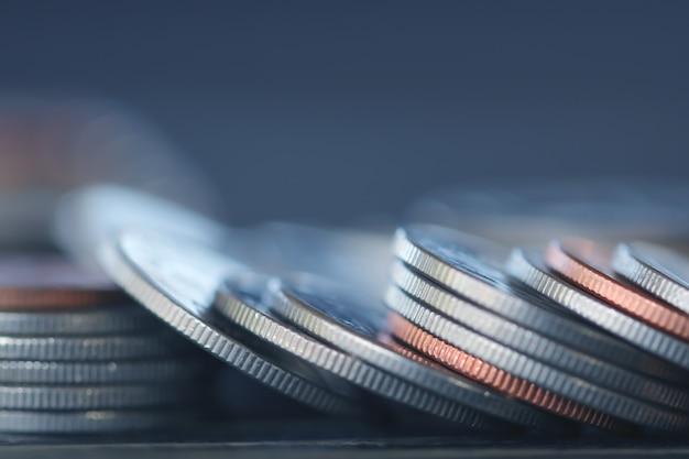 Rij van munten op hout achtergrond voor financiën