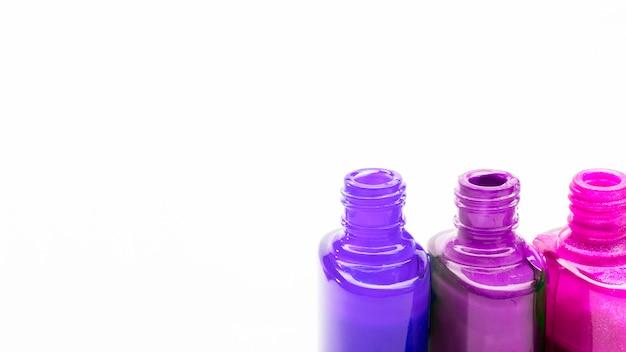 Rij van open kleuren nagellak voor manicure of pedicure op witte achtergrond