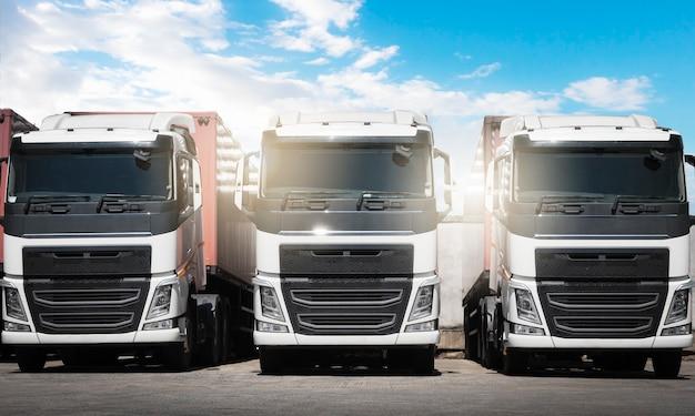 Rij van opleggers die parkeren bij een blue sky vrachtwagenlogistiek en vrachtvervoer