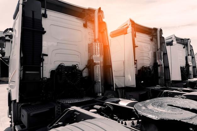 Rij van opleggers een parkeerindustrie vrachtwagentransport en logistiek over de weg