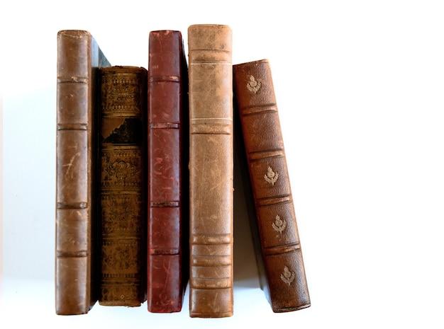 Rij van oude boeken geïsoleerd op een witte achtergrond