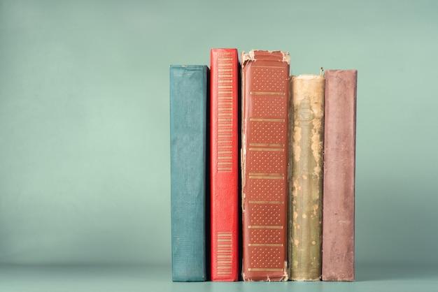 Rij van oude boeken