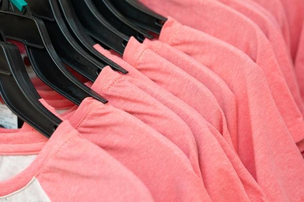 Rij van roze t-shirts in een winkel