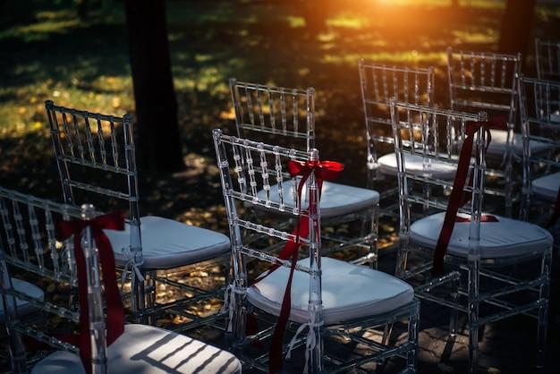 Rij van stoelen voor buiten huwelijksceremonie, close-up. stoelen zijn voorbereid voor de receptie.