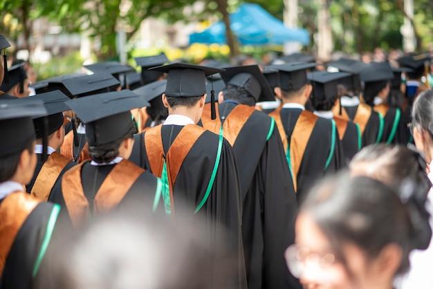 Rij van universitair afgestudeerden