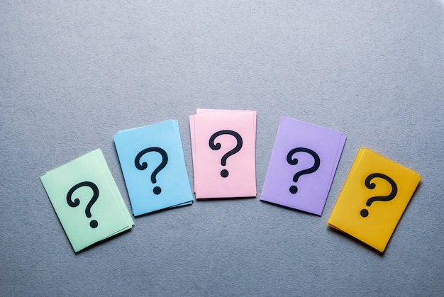 Rij van verschillende gekleurde kaarten met vraagtekens