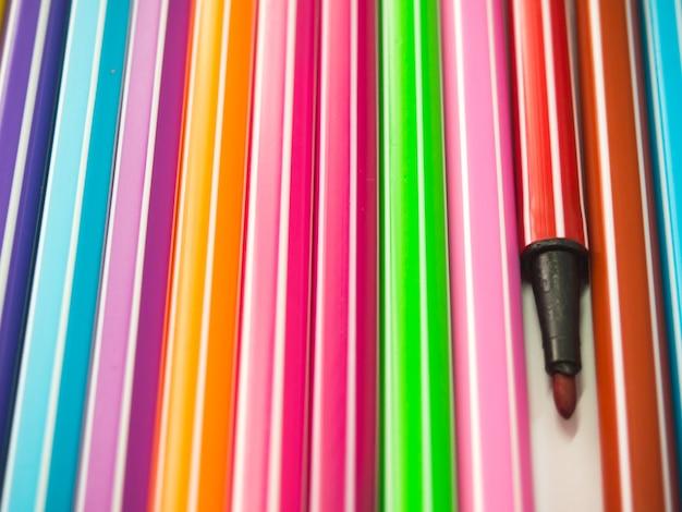 Rij van verschillende kleuren pen met een die onderscheidt