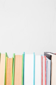 Rij van verschillende kleurrijke boeken