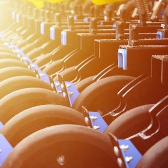 Rij van wielen van de nieuwe industriële landbouwzaadmachine close-up