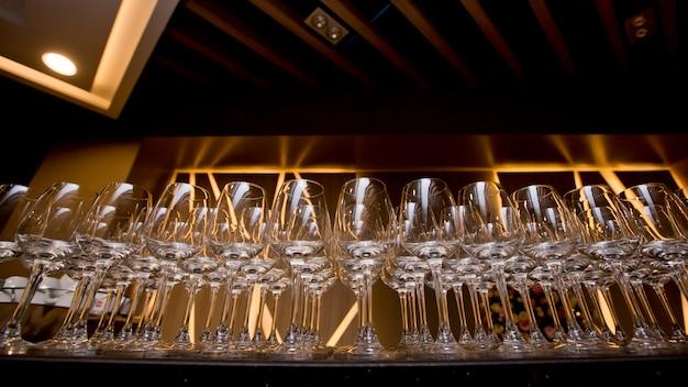 Rij van wijnglazen