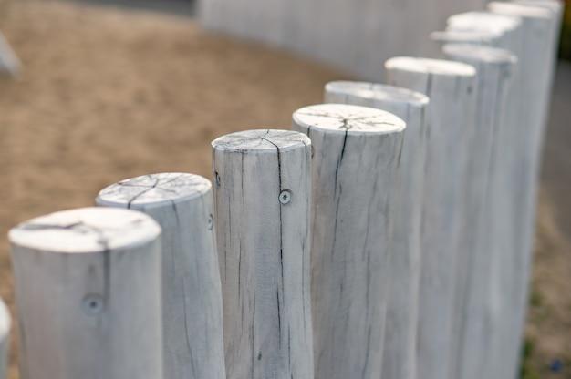 Rij van witte houten palen in een park