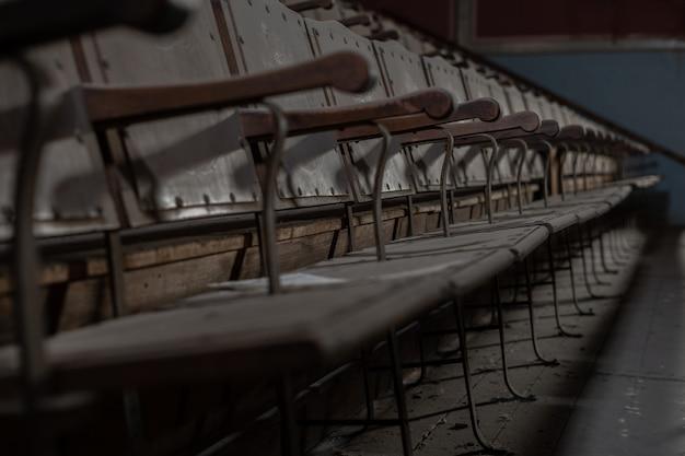 Rij van zetels van een oude verlaten bioscoop