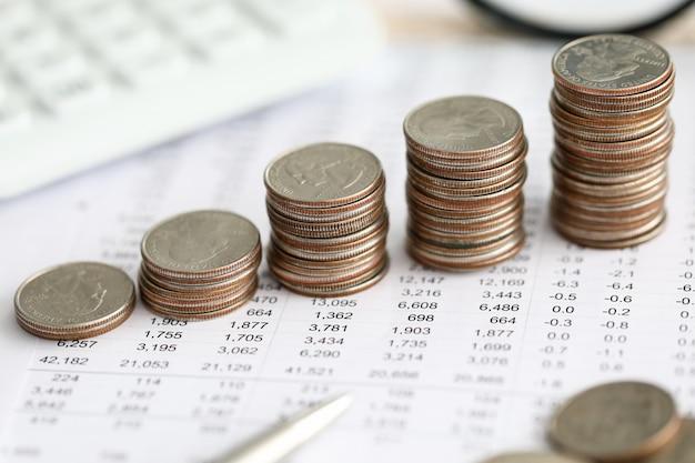 Rij van zilveren munten permanent op financieel verslag papier