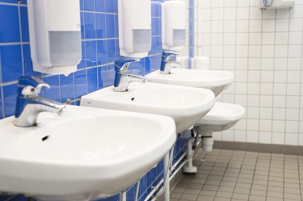 Rij wastafels in een openbare wasruimte