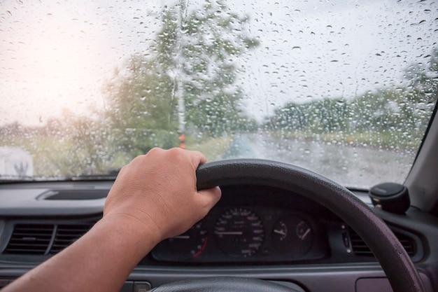 Rijd op een regenachtige dag