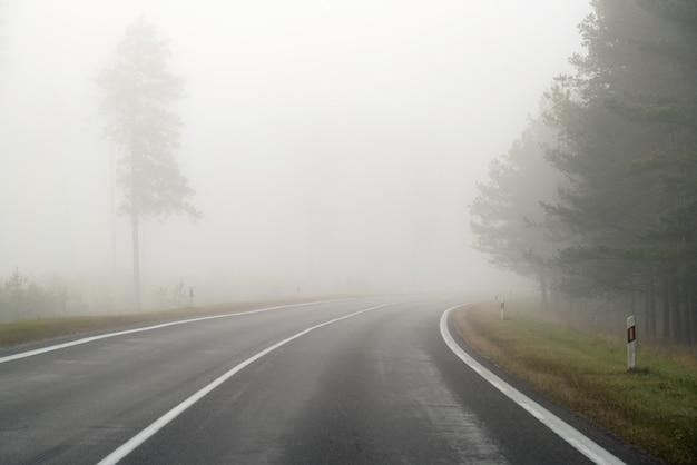 Rijden op landelijke weg in mist, gevaren van rijden in slechte weersomstandigheden