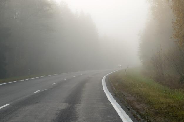Rijden op weg van het platteland in de mist.