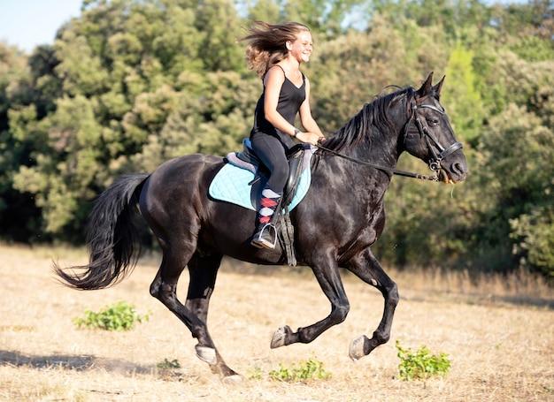 Rijdend meisje en paard