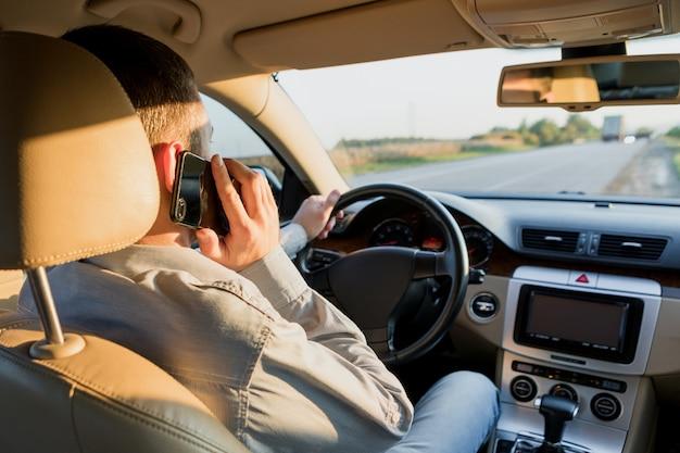 Rijdende auto en bellen op smartphone