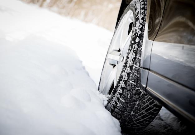 Rijdende auto in de winter met veel sneeuw