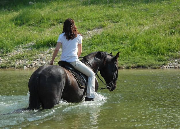 Rijdende vrouw in rivier