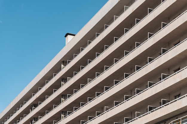 Rijen balkons van een stedelijk eigentijds gebouw in diagonaal aanzicht