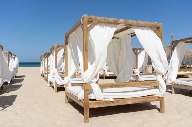Rijen houten luifels op het strand