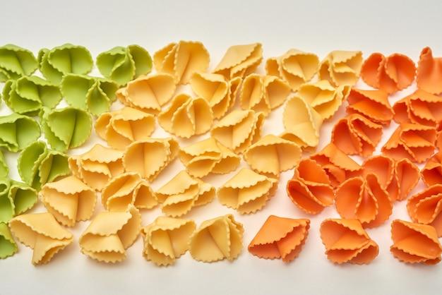 Rijen kleurrijke rauwe pasta