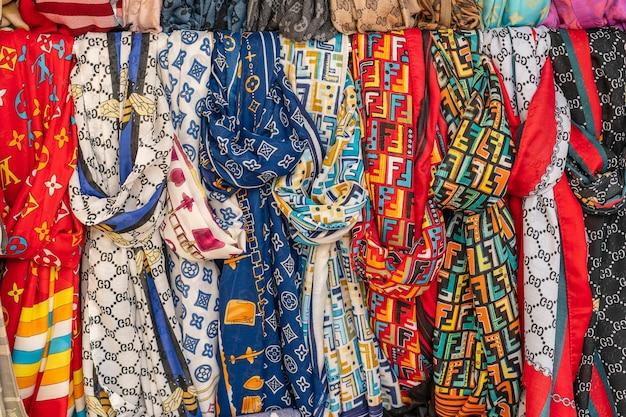 Rijen kleurrijke zijden sjaals hangen aan een straatmarktkraam in bodrum, turkije. detailopname