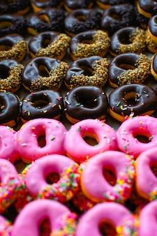 Rijen met kleurrijke donuts verwerken in herfstkleurstijl.