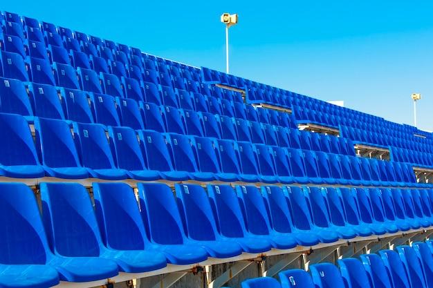 Rijen met lege blauwe kleur plastic stadion zitplaatsen op het terras.