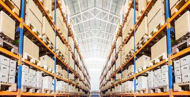 Rijen met planken met vakken in moderne magazijn