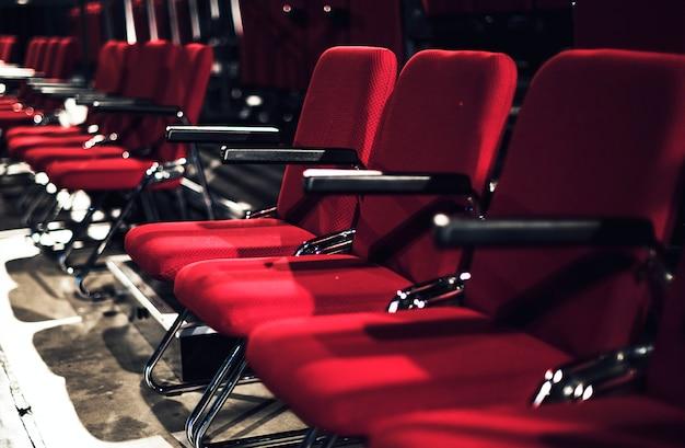 Rijen met rode stoelen in een theater