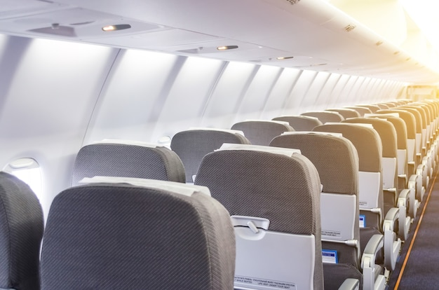 Rijen passagiersstoelen in het cabinevliegtuig.